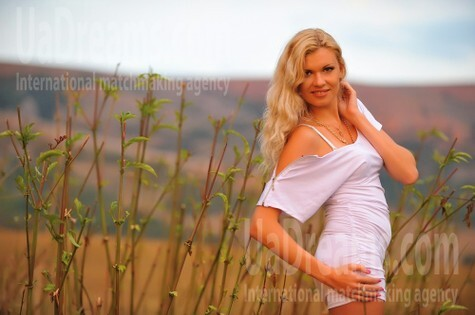 Elena from Simferopol 31 years - carring woman. My small public photo.