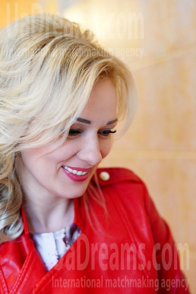 Larysa 41 years - eyes with love. My small public photo.