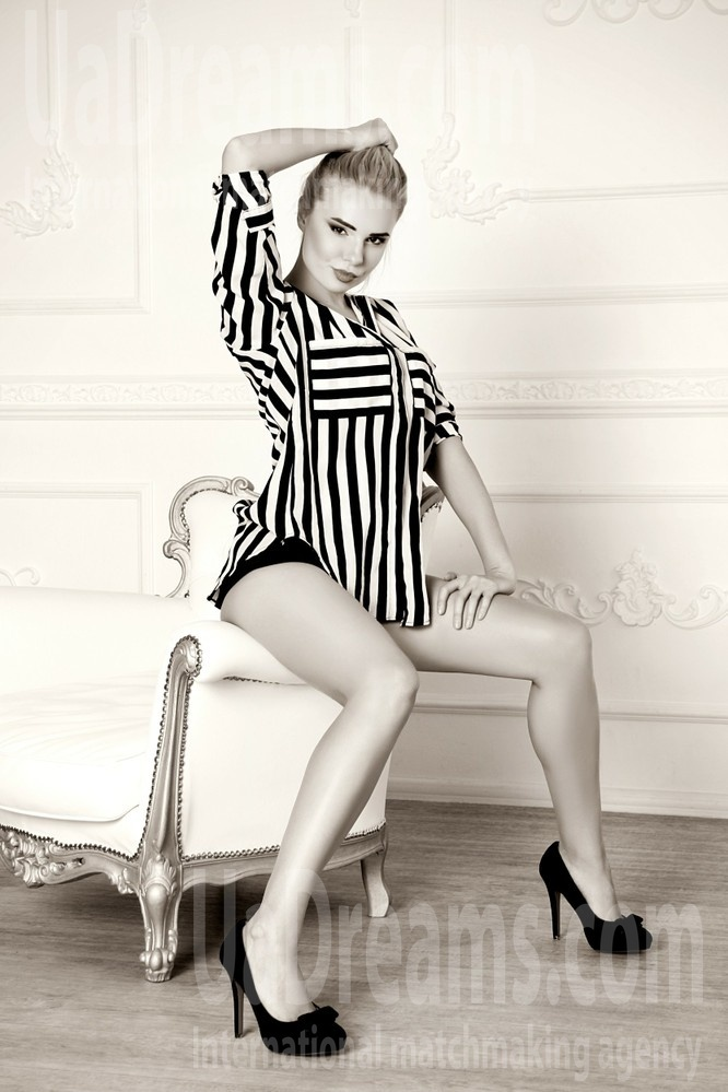 Kristina from Zaporozhye 35 years - nice smile. My small public photo.