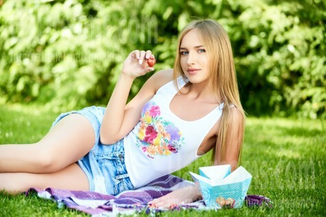 Alina from Ivanofrankovsk 25 years - waiting for husband. My small public photo.