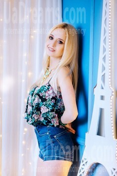 Elina from Poltava 23 years - Warm-hearted girl. My small public photo.