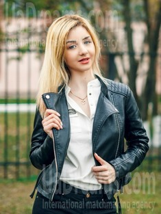 Anna from Cherkasy 20 years - carring woman. My small public photo.