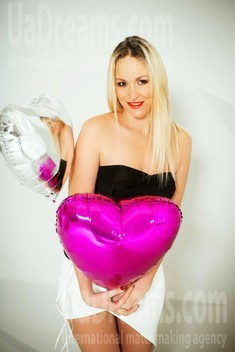 Olya from Kiev 36 years - romantic girl. My small public photo.