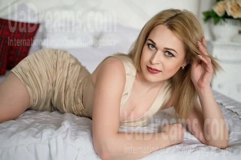 Nadine 33 years - attractive lady. My small public photo.