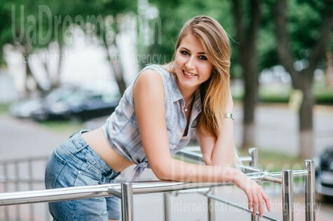 Oksana from Poltava 25 years - single russian woman. My small public photo.
