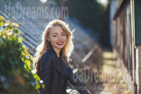 Karyna from Kiev 22 years - bright smile. My small public photo.