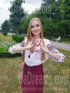 Anna from Poltava 21 years - on a summer outing. My small public photo.