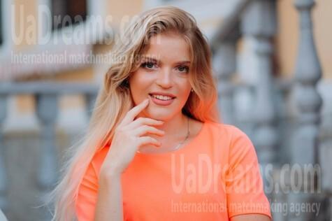 Katy from Lutsk 19 years - ukrainian bride. My small public photo.